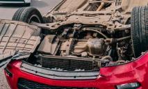 Переворот и падение: лопнувшее колесо привело к серьезной аварии на Набережной Заводской