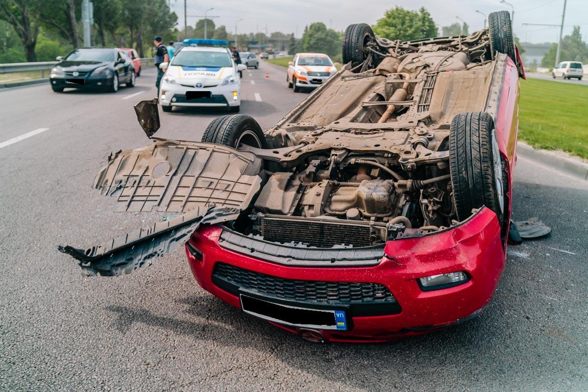 На Набережной Днепра автомобиль посреди дороги перевернулся на крышу. Новости Днепра