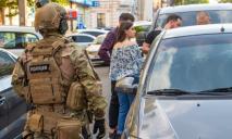 Разбитые окна авто и вооруженные люди: что произошло в центре Днепра