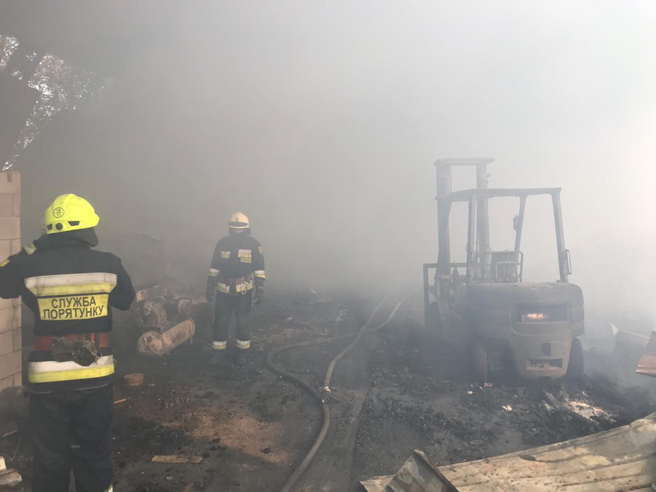 Спасатели тушили пожар в одноэтажном сооружении. Новости Днепра