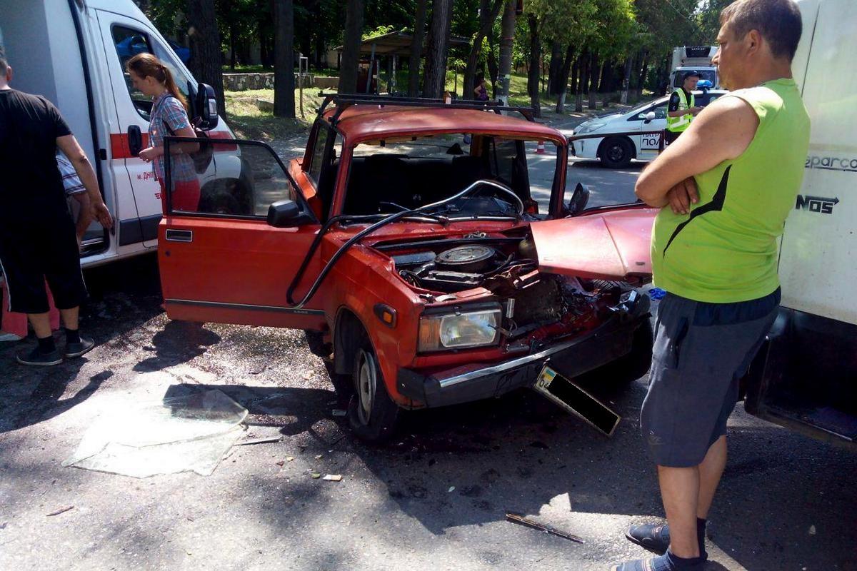 В Днепре легковушка влетела в грузовик: авто всмятку. Новости Днепра
