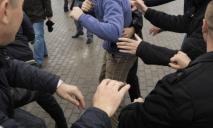 Крики, удары и удушение: в центре Днепра устроили жестокую драку