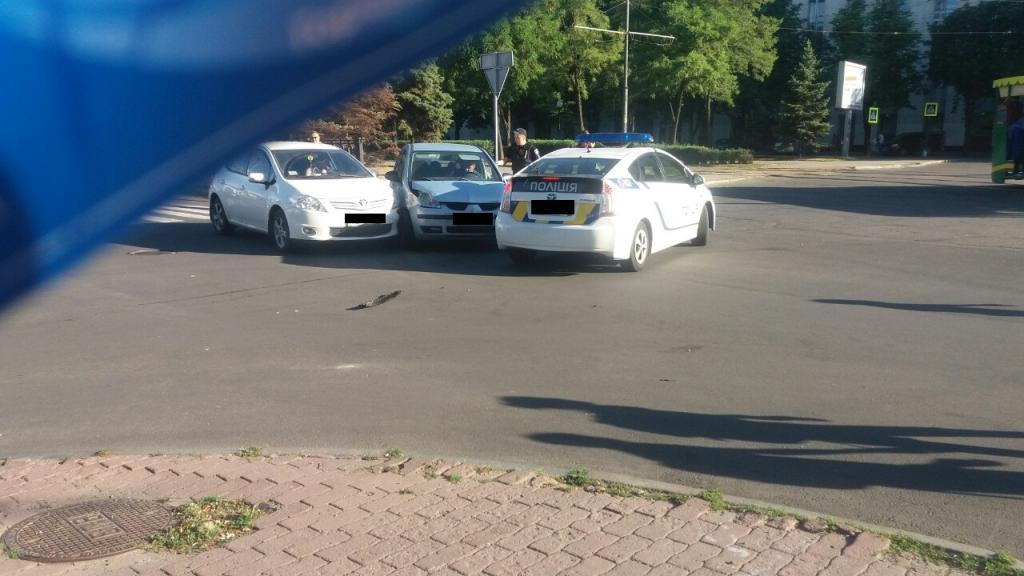 Не поделили перекресток: из-за ДТП в центре Днепра движение затруднено. Новости Днепра