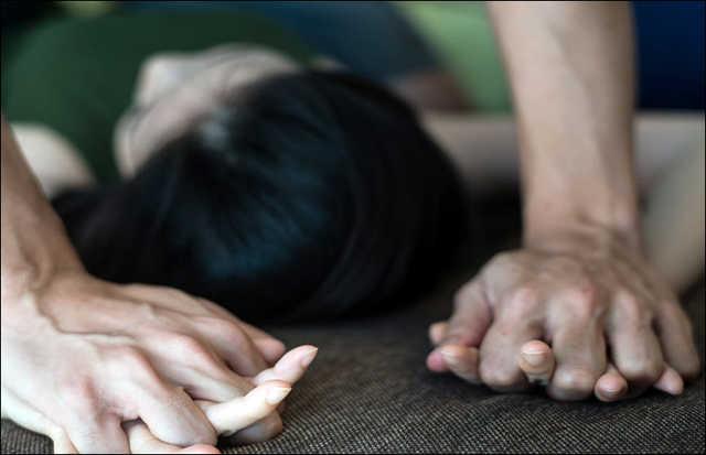 Женщина кричала о помощи: мужчина издевался над жертвой на пляже. Новости Украины