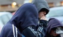 Самоутверждение: в Днепре подростки избивают людей на улице