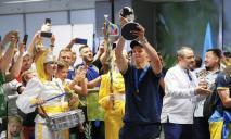 Шампанское, девушки-барабанщицы и каравай: как встречали юношескую сборную по футболу на родине