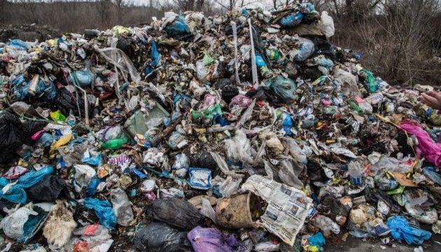 На Днепропетровщине ветеран войны живет в доме с кучей мусора. Новости Днепра