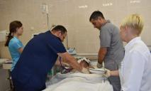 «Его жизнь идет по самому краю»: в Днепр доставили раненого бойца ООС