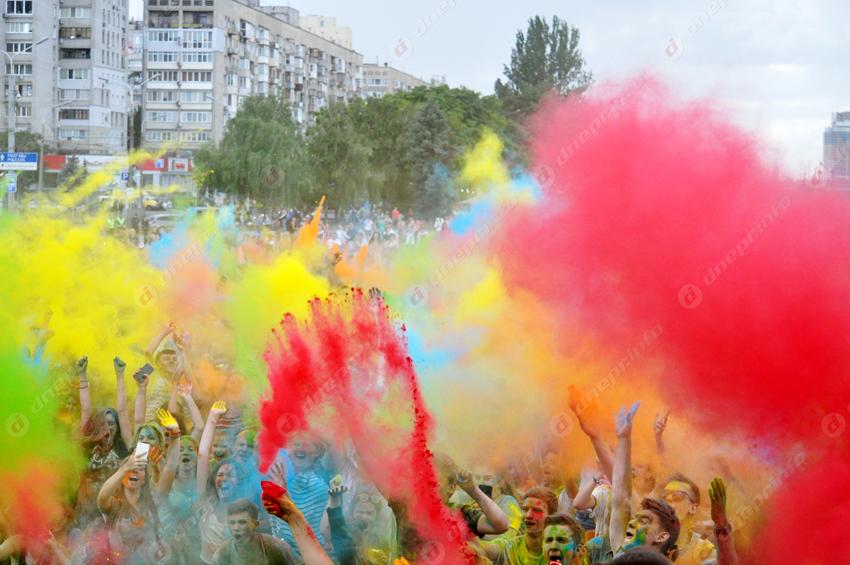 В Днепре прошел праздник красок Холи ко Дню молодежи. Новости Днепра