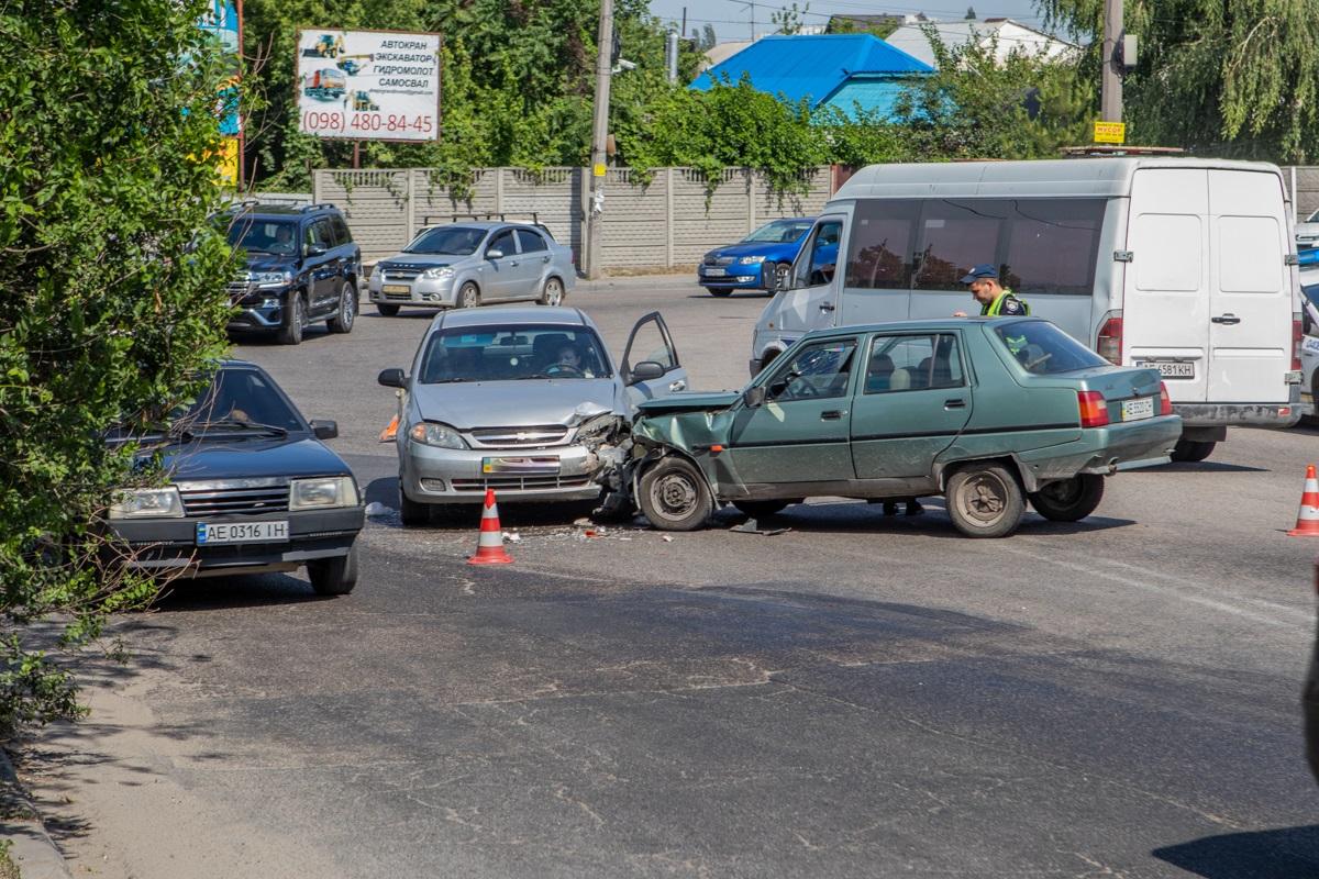 Разбил стекло головой: в Днепре столкнулись ЗАЗ и Chevrolet. Новости Днепра