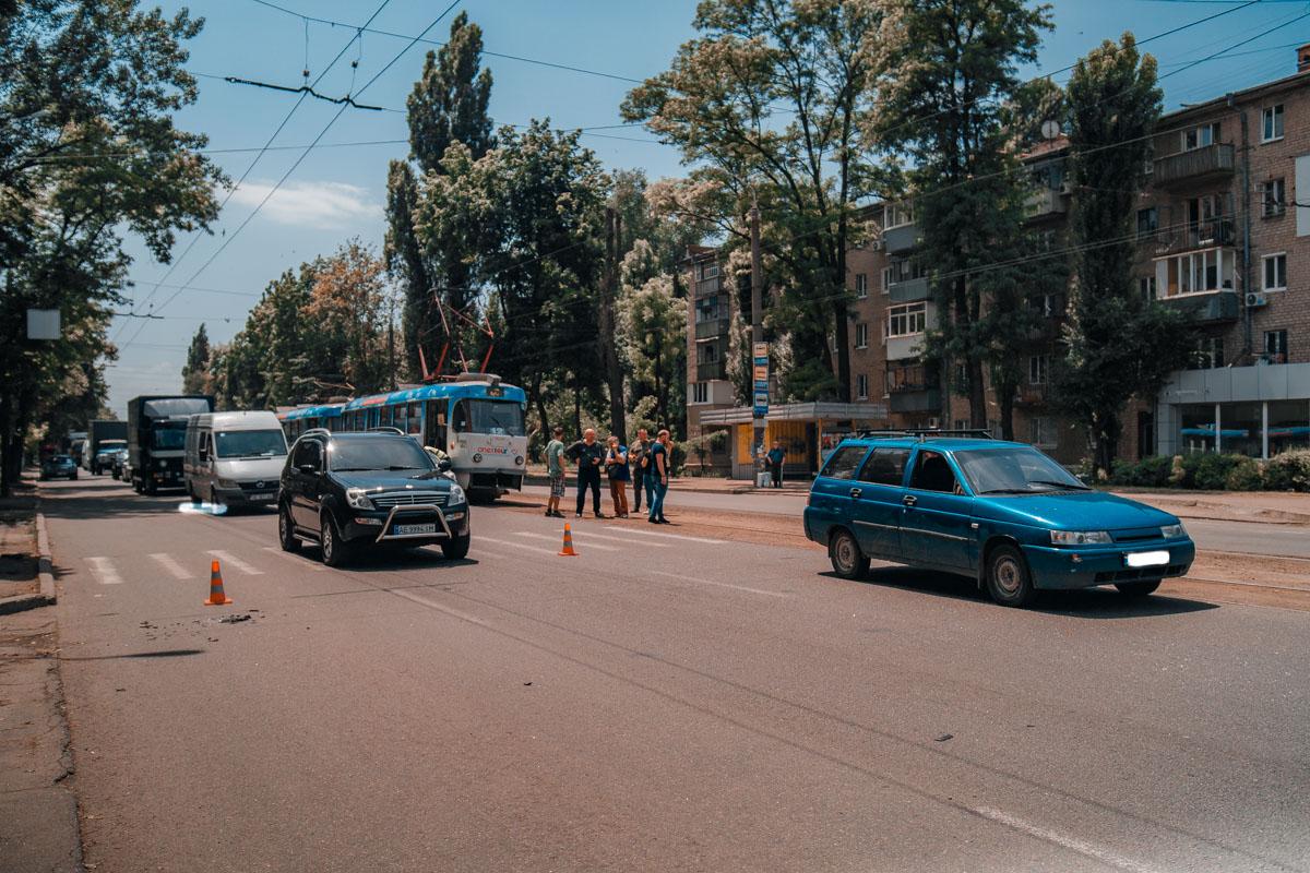 Ребенок попал под колеса легкового авто: движение трамваев затруднилось. Новости Днепра