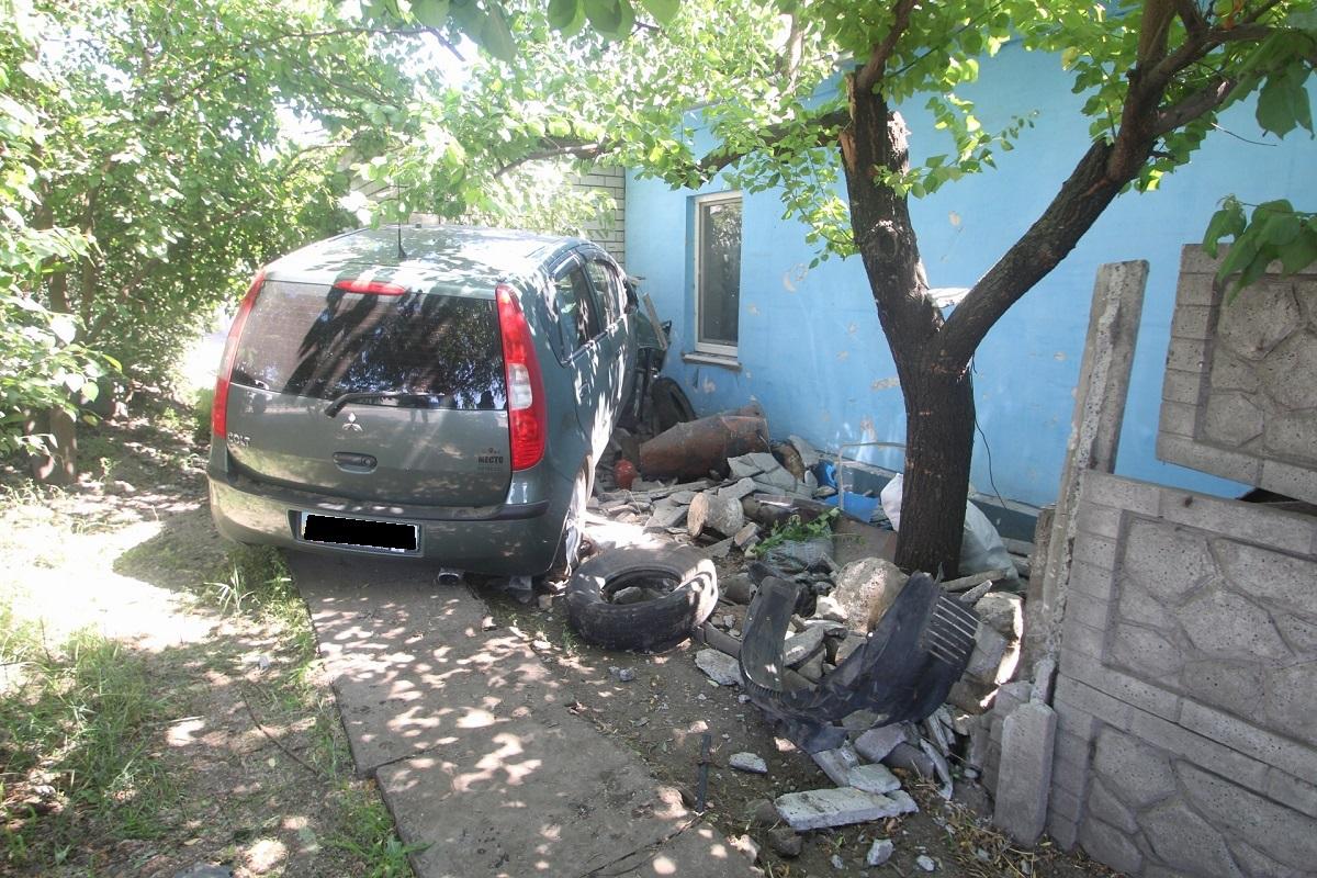 В Днепре автомобиль «слетел» с дороги, протаранил забор и въехал прямо в частный дом. Новости Днепра
