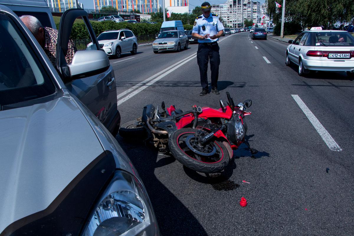 В Днепре столкнулись легковой автомобиль и мотоцикл. Новости Днепра