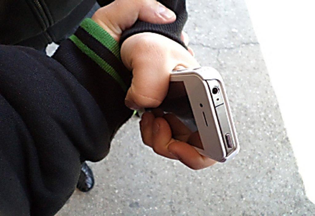 В Днепре мужчина посреди дня вырывал у детей из рук телефоны и личные вещи. Новости Днепра