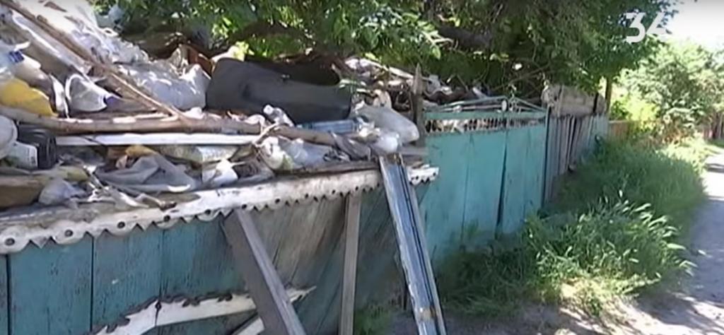 Ветеран войны живет в доме с кучей мусора. Новости Днепра