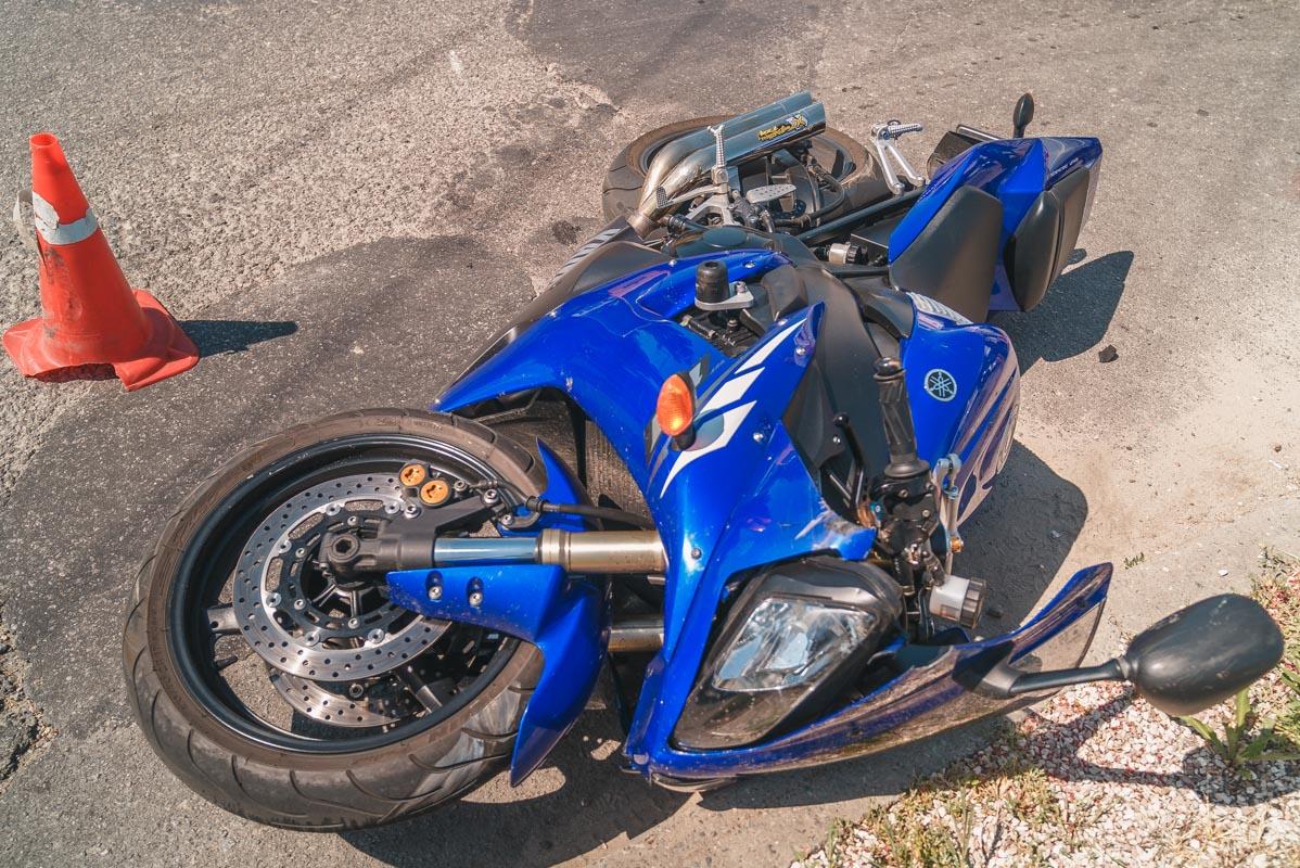 Грузовик сбил мотоцикл. Новости Днепра