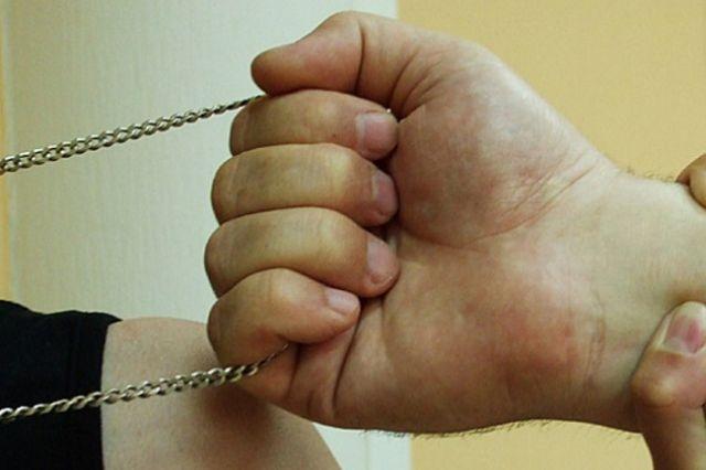 Грабеж средь бела дня: в Днепре мужчина сорвал с женщины украшение прямо на улице. Новости Днепра
