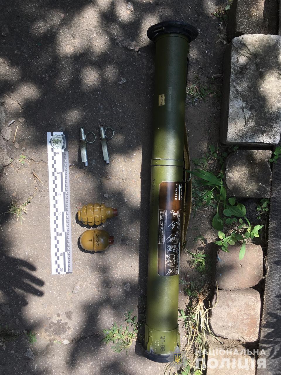 «Взрывная» заначка: мужчина хранил дома большой гранатомет и несколько гранат. Новости Днепра