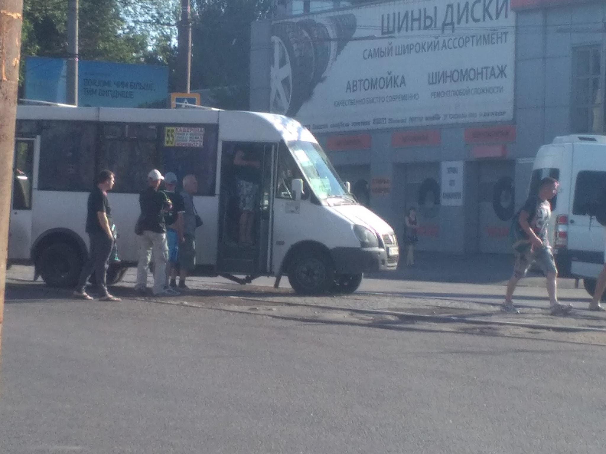 Разваливается на ходу: маршрутка с пассажирами «потеряла» важную деталь во время движения. Новости Днепра