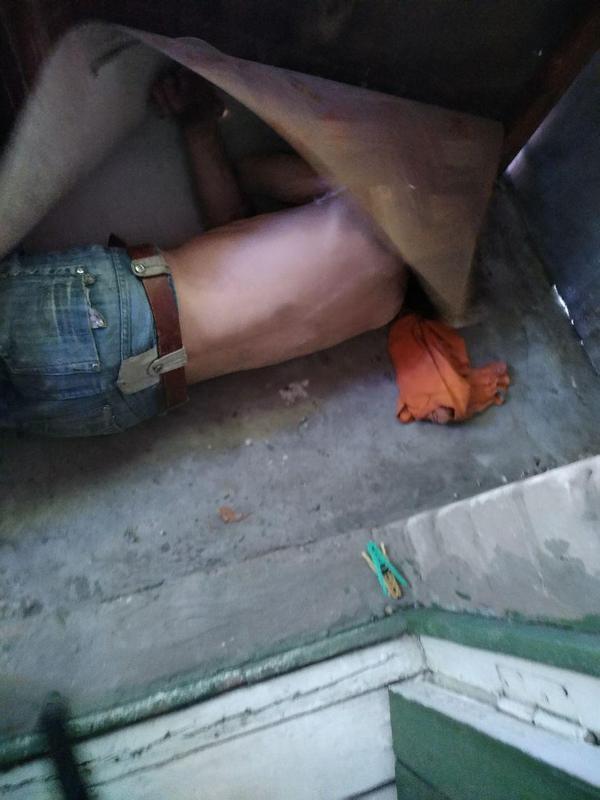 «А вдруг пронесет»: грабитель прятался от полиции в чужой квартире под линолеумом. Новости Днепра