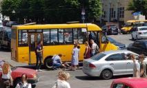 В центре Днепра маршрутка переехала женщину