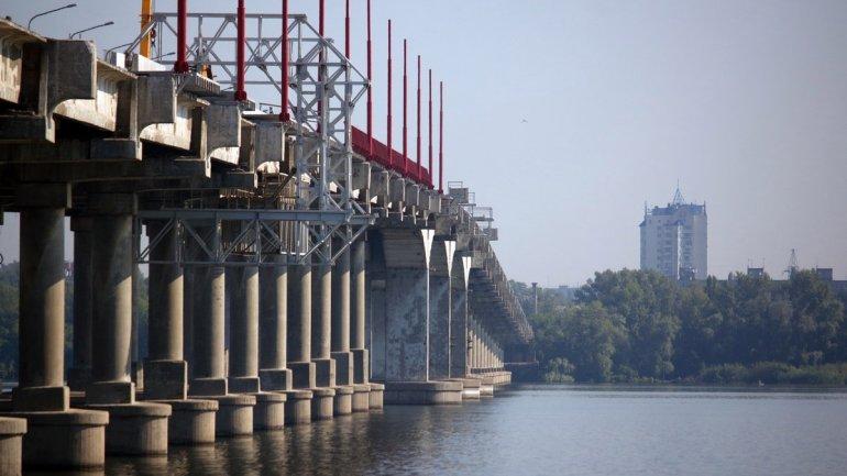 Парень в трусах на Новом мосту «поднял на уши» городские спецслужбы. Новости Днепра