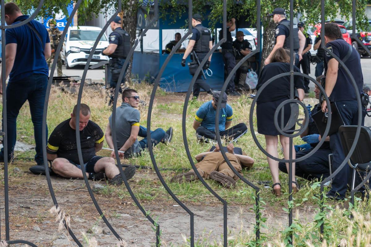 Толпа людей в балаклавах начала расстреливать здание: подробности. Новости Днепра
