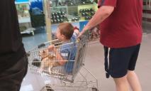С ребенком и собакой в тележке: днепрян возмутило поведение покупателя