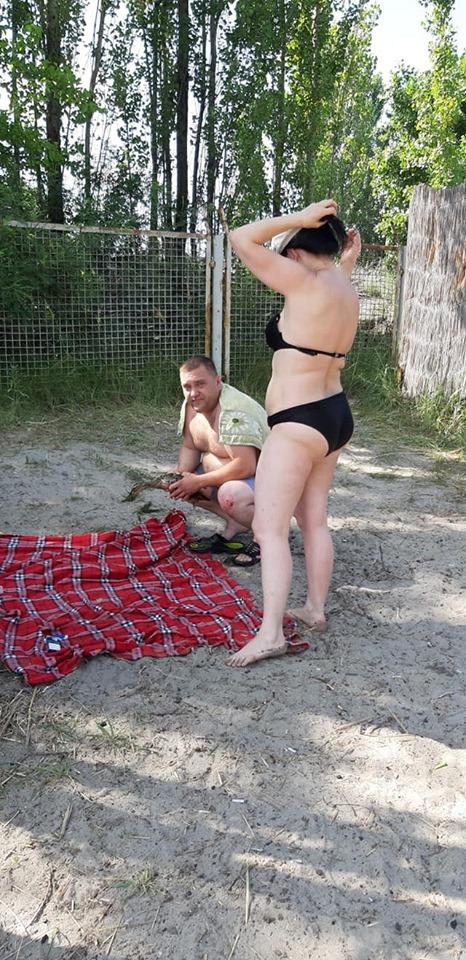 В Днепре на пляже мужчина ловил уток, с которыми игрались дети, для еды. Новости Днепра