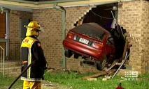 Врезался в стену дома среди ночи – водитель госпитализирован