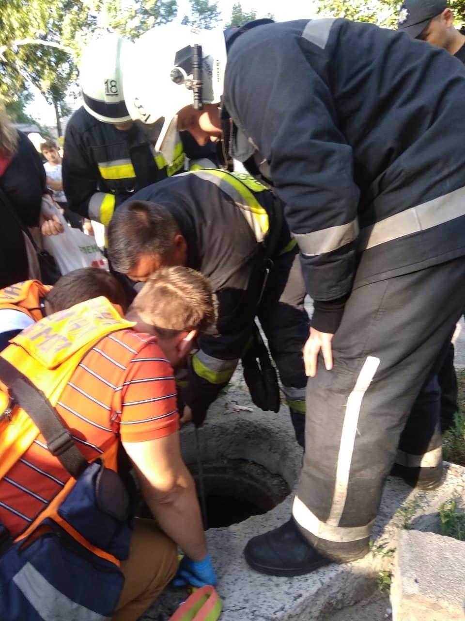 6 метров в глубину: в Днепре ребенок упал в открытый люк. Новости Днепра