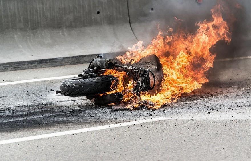 Лобовое столкновение: мотоцикл загорелся после аварии. Новости Днепра