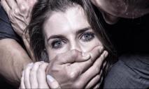 «Ударил по голове и потащил»: насильник напал на девушку на кладбище