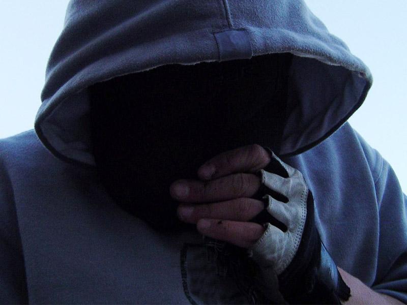 Днепрянам взламывают входные замки средь бела дня: подозреваемых сняли на камеру. Новости Днепра
