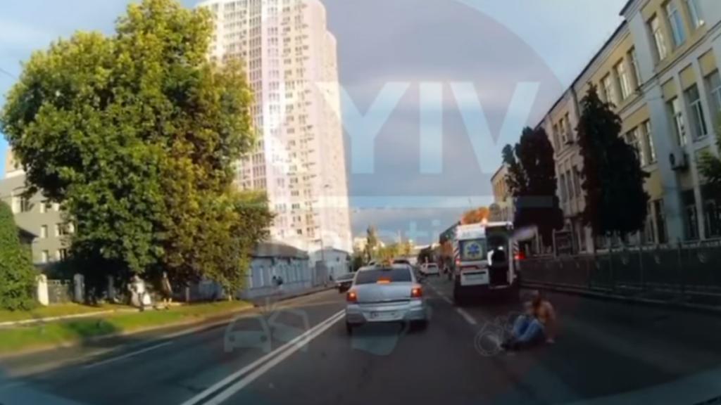 Мужчина выпрыгнул с машины скорой помощи. Новости Украины