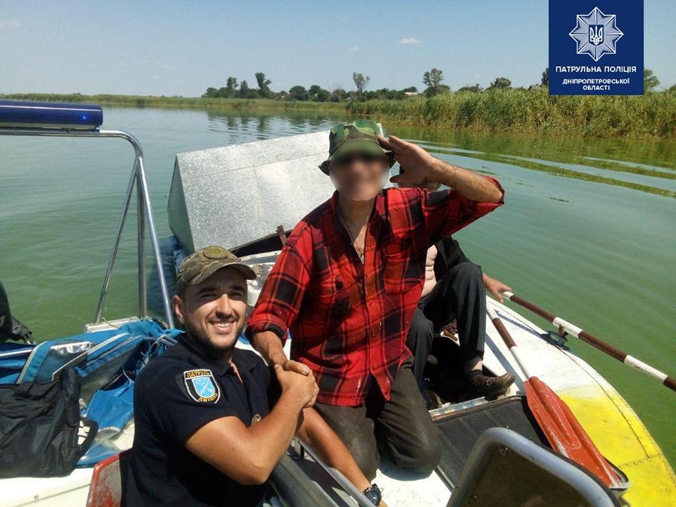 На реке Днепр рыбаки оказались в ловушке посреди водного пространства. Новости Днепра