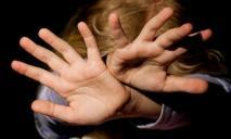 Накрыла лицо одеялом и села сверху: работница детсада убила ребенка во время «тихого часа»