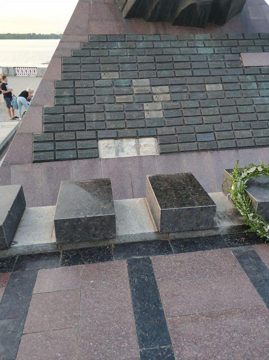Ни совести, ни памяти: вандалы вновь надругались над памятником в Днепре. Новости Днепра