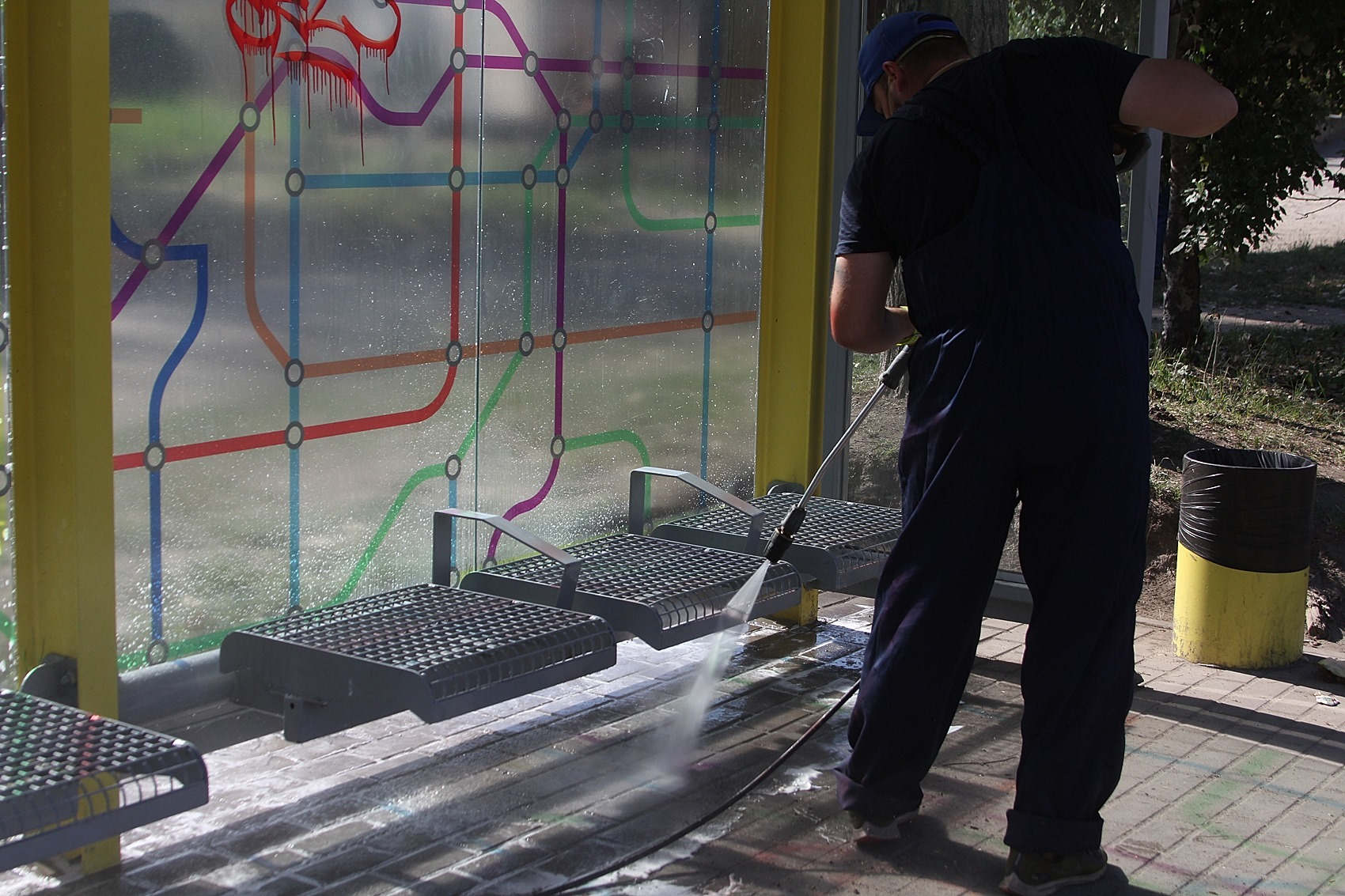Новые, чистые и ухоженные: как происходит ремонт остановок Днепра. Новости Днепра