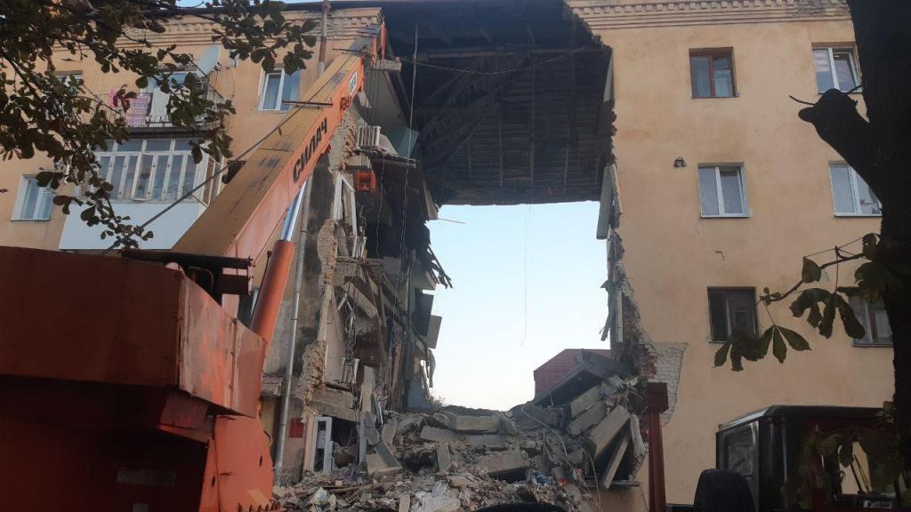 Взрыв газа в жилом доме: обрушился подъезд, спасатели достают людей из-под завалов. Новости Украины