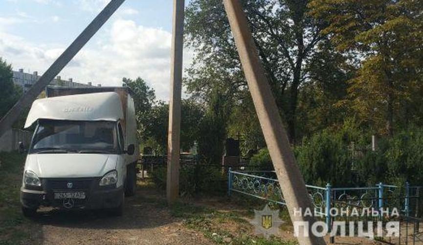 Мужчина хотел украсть памятник, но врезался в электроопору. Новости Днепра