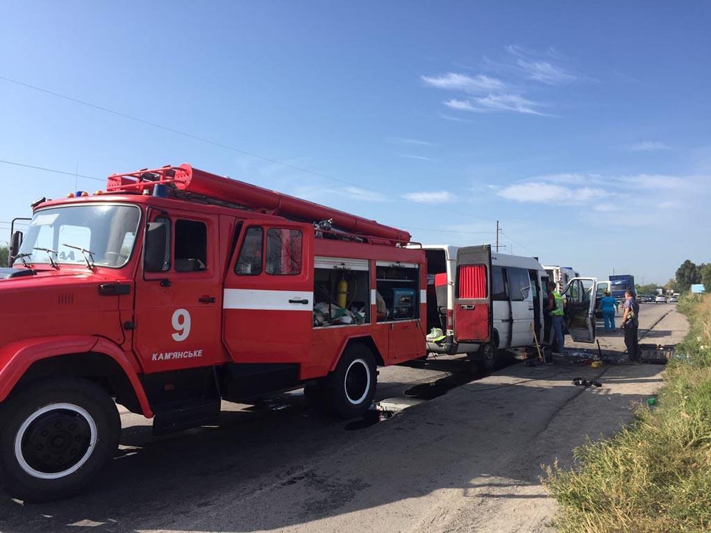 Столкнулись грузовик и микроавтобус с людьми. Новости Днепра