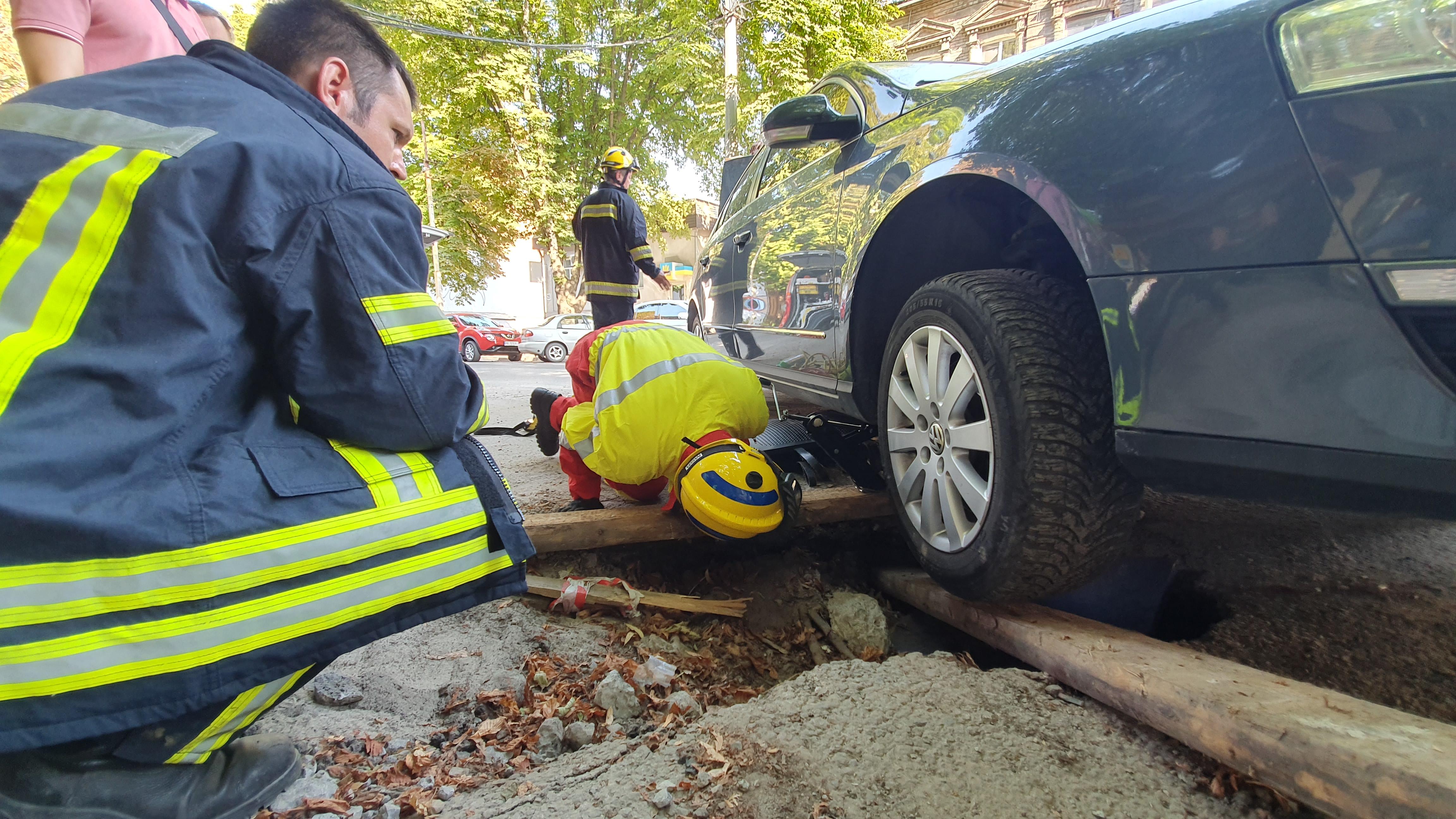 В Днепре авто провалилось под землю. Новости Днепра