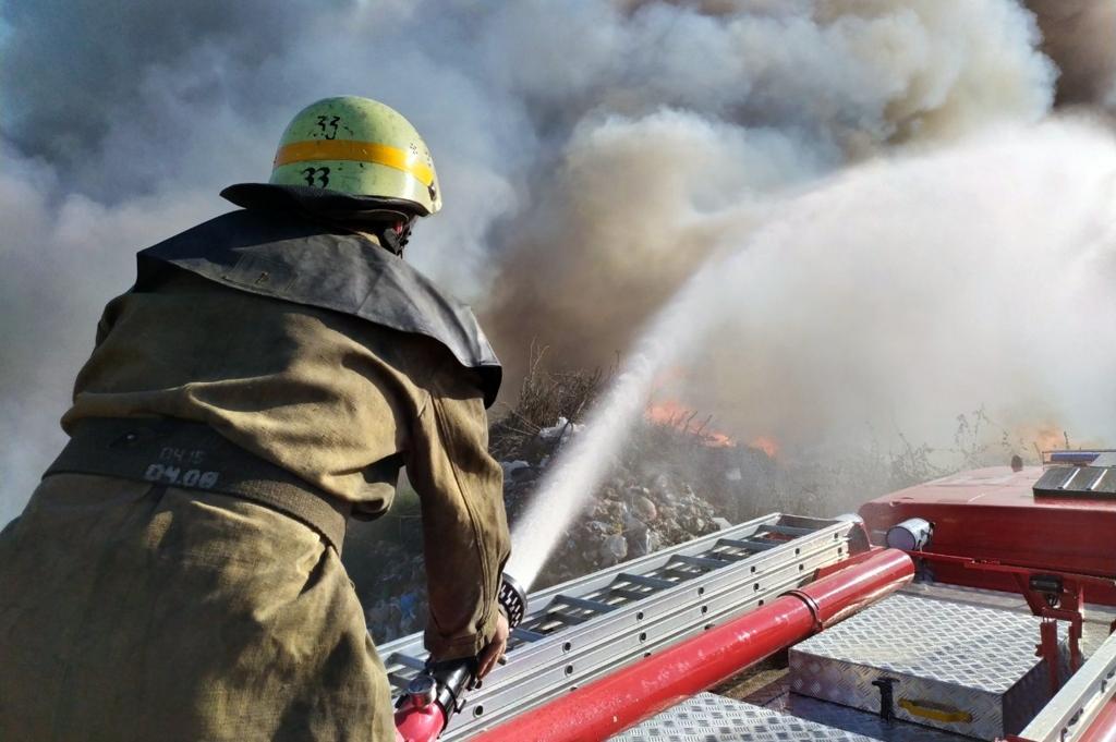 Под Днепром целую ночь пылал пожар: спасатели до сих пор тушат. Новости Днепра
