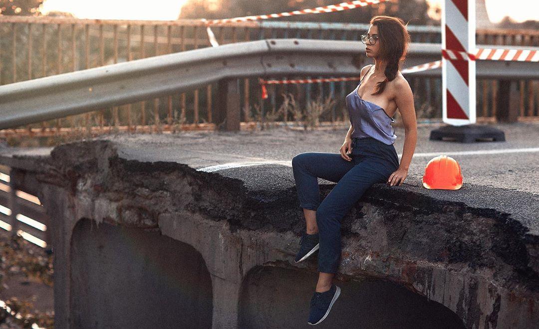 Новости Днепра про Модель, которая поспорила с Филатовым, сделала эротические фото на разрушенном мосту