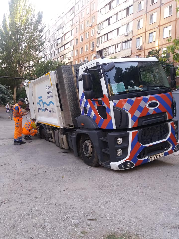 Новости Днепра про В Днепре на дороге провалился мусоровоз