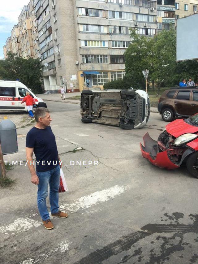 ДТП в Днепре: легковушка перевернулась на бок, движение затруднено. Новости Днепра