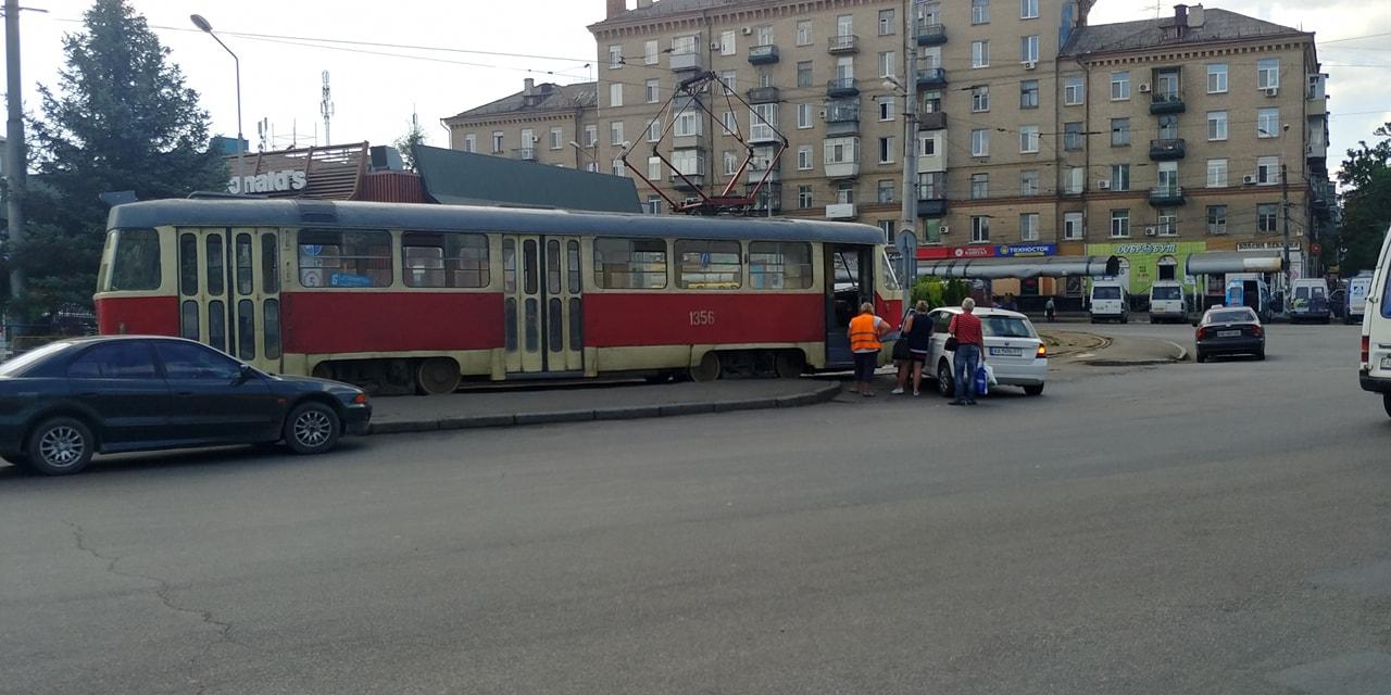 «Сильно проголодался»: в Днепре авто протаранило трамвай на въезде в McDonald's. Новости Днепра