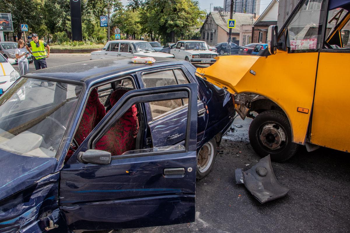 ДТП с маршруткой в Днепре: от удара автомобиль отбросило в парапет. Новости Днепра