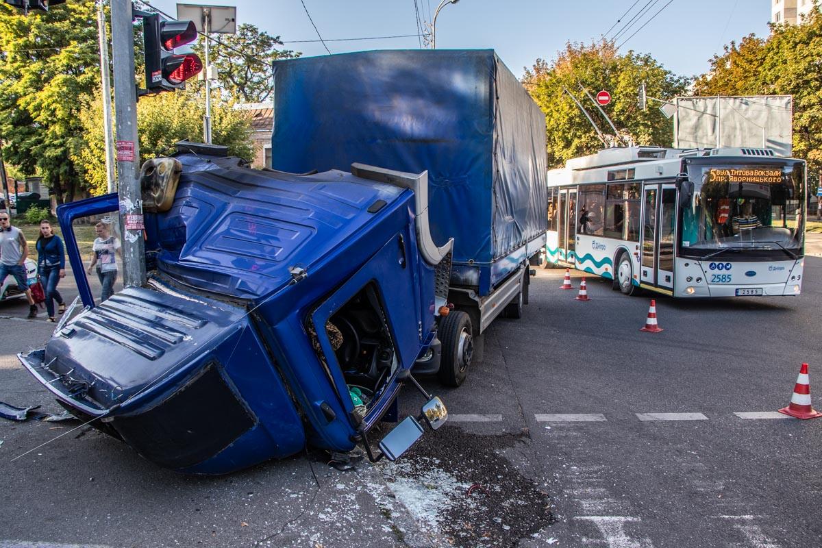 ДТП в Днепре: от удара у грузовика отвалилась кабина. Новости Днепра